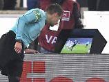 """Patrick Ittrich nutzt die Möglichkeit der """"Reviewzone"""" im letzten Hinrundenspiel des FC Bayern in Stuttgart."""