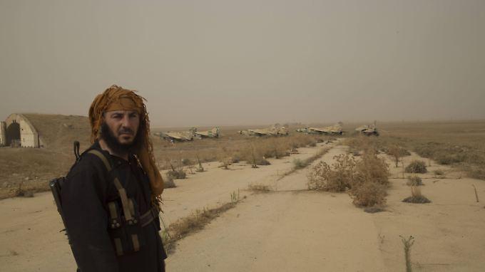 Hier könnten bald wieder Assads Truppen stehen: ein Dschihadist auf der Airbase Abu Duhur nach der Eroberung 2015.