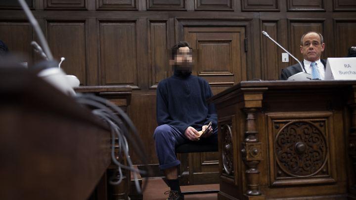 Ahmad A. sitzt im Gerichtssaal neben seinem Anwalt.