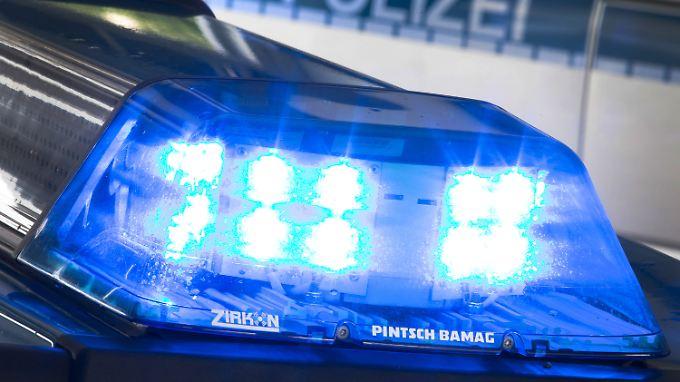 Die Polizei sucht nach dem Autofahrer und ermittelt wegen Unfallflucht.