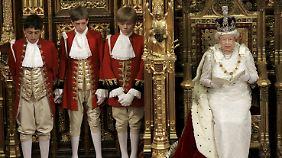 Die Queen während ihrer Rede zur jährlichen Parlamentseröffnung mit der Imperial State Crown auf dem Kopf.