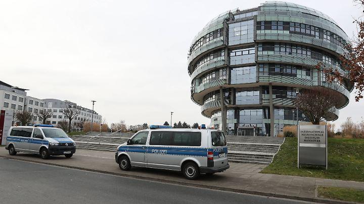 Dem Bericht zufolge sollten die Bodyguards Schahrudi in einer Klinik in Hannover beschützen. Dort hatte er sich behandeln lassen.