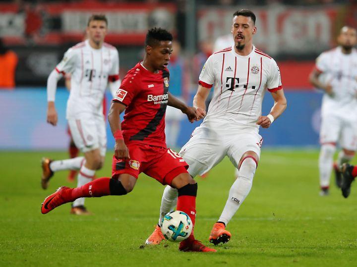 Bayerns Sandro Wagner, hier im Zweikampf mit Bayers Wendell, kam erst in der Schlussphase ins Spiel.