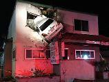 Unter Drogen abgehoben: Auto fliegt in eine Arztpraxis im 1. Stock