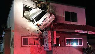 Spektakuläre Bilder einer Autokamera: Kalifornier kracht mit Wagen in ersten Stock