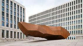 Das Kunstwerk von Stefan Sous steht zwischen den beiden Torhäusern und ist von außen sichtbar.