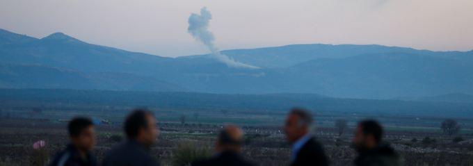 Von der Türkei aus sind Rauchsäulen über Afrin zu sehen.