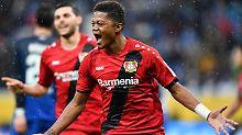 Leon Bailey eröffnet den Leverkusener Torreigen in der 43. Minute.