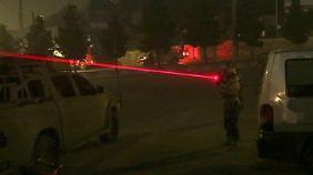 Foto aus der Nacht: Ein Soldat zielt auf eine Stelle am Hotel.