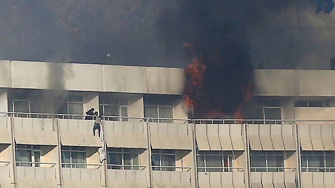 Attentat in Kabul: Angreifer schießen in Luxushotel um sich und legen Feuer
