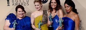 """… fiel eine Begebenheit besonders auf: Hollywoods Schauspieler, wie hier Chrissy Metz, Alexandra Breckenridge, Mandy Moore und Susan Kelechi Watson aus der Dramaserie """"This Is Us"""", trugen wieder bunte Kleider."""