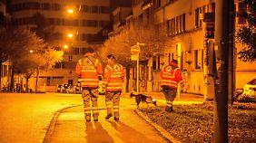 Rotkreuz-Helfer suchen in der Nacht in Stuttgart das vermisste Kind.