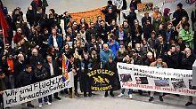 Proteste am Flughafen: Abschiebeflug nach Kabul gestartet