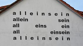 Gomringer gilt als Initiator der Konkreten Poesie. Dabei geht es weniger um den Inhalt von Sprache, sondern darum, Wörter anschaulich aneinanderzureihen. (An einer Fassade in Hünfeld)