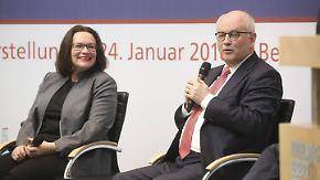 Weltwirtschaftsforum und Koalitionspoker: Kauder verspricht, GroKo in roter Lederjacke zu feiern