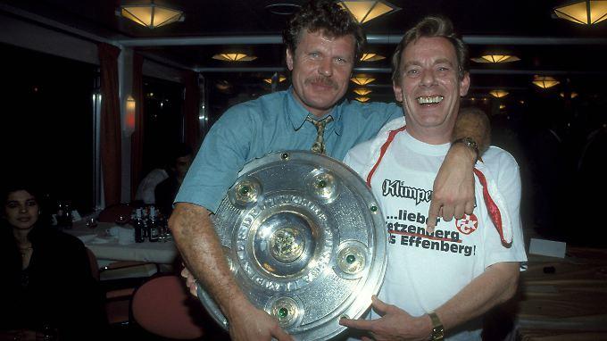 Das waren Zeiten: Kaiserslauterns sportlicher Leiter Rainer Geye, Präsident Norbert Thines - und die Meisterschale.