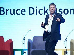 Heute kann Dickinson auch ganz anders - zum Beispiel wenn er auf einer Konferenz zur Gründung von Startups spricht.