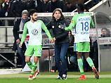 Nicht zu fassen: Wolfsburgs Yunus Malli  bejubelt sein Tor in Hannover mit Victor Osimhen und Wolfsburgs Trainer Martin Schmidt.