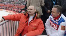 Russlands Präsident Wladimir Putin habe von der Dopingmanipulation gewusst, bezeugt Whistleblower Grigori Rodtschenkow. Die Informationen seien über Witali Mutko (r.) weitergegeben worden.
