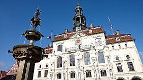 Das Lüneburger Rathaus geht auf das Jahr 1230 zurück und repräsentiert den Wohlstand der Stadt, zu dem der Salzabbau maßgeblich beigetragen hat.