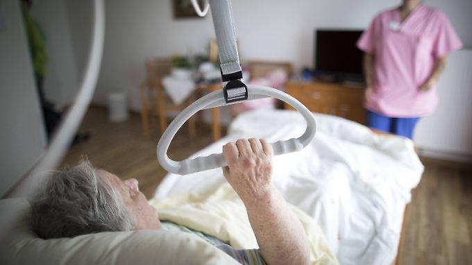 Um ihren Alltag zu meistern, sind Bewohner von Pflegeheimen auf Hilfe angewiesen.