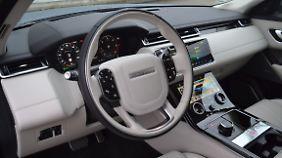 Auch im Innenraum ist der Range Rover Velar der SUV-Zeit voraus.