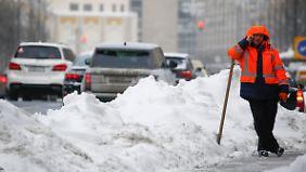 Viel zu tun: Schneeschipper in Moskau.