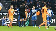 Elfmeter für Hoffenheim: Schiedsrichter Deniz Aytekin im Berliner Olympiastadion.