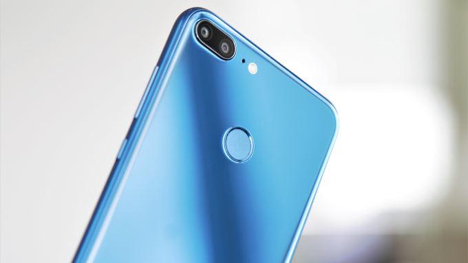 Schimmerndes Blau: Das Honor 9 Lite hat einen schicken Glasrücken.