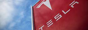 Anleger verzeihen Rekordverlust: Tesla rutscht tief in die roten Zahlen