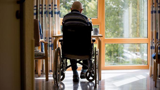 Die Gesellschaft verdrängt die Probleme in der Pflege, sagt Experte Claus Fussek.
