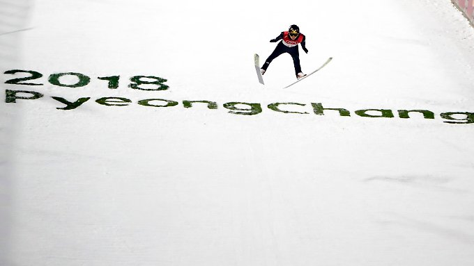 Andreas Wellinger fliegt in Pyeongchang gleich mal über 100 Meter weit.