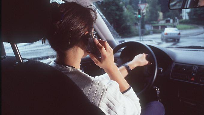Jeder weiß, dass Telefonieren im Auto mit dem Handy in der Hand verboten ist. Trotzdem machen es so viele.