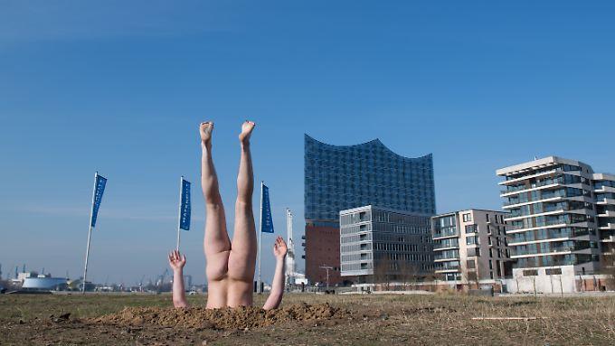 Eine halbe Stunde lang steckte der russische Aktionskünstler Andrey Kuzkin vor der Elbphilharmonie im Boden.