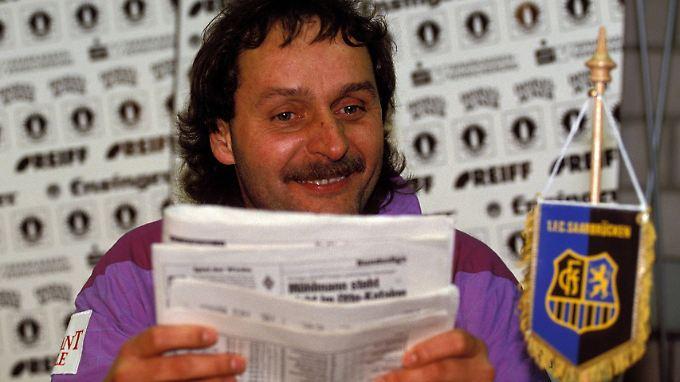 Peter Neururer produziert beim 1. FC Saarbrücken große Schlagzeilen.