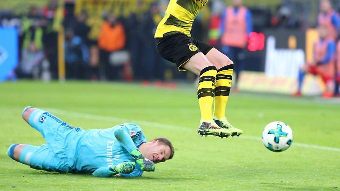 Dortmunds Reus soll weiter den Schuhabsatz ankurbeln. Der HSV-Torhüter beschaut sich das Schuhwerk intensiv.