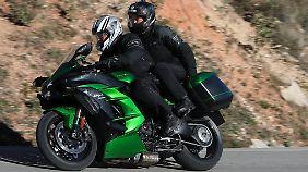 Auch einem nicht allzugroßen Sozius bietet die Kawasaki H2SX ausreichend Platz.