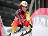 Zwei blitzsaubere Läufe, die Halbzeitführung  bei den Winterspielen und die ewige Rivalin Tatjana Hüfner klar auf  Distanz - eigentlich läuft alles nach Plan für Natalie Geisenberger.