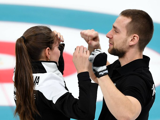 Mit Tränen in den Augen feiern Anastassija Brysgalowa und Alexander Kruschelnizki ihre Bronze-Medaille.