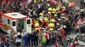 Im Kölner Rosenmontagszug sind Pferde einer Kutsche durchgegangen. Dabei wurden mehrere Menschen verletzt.