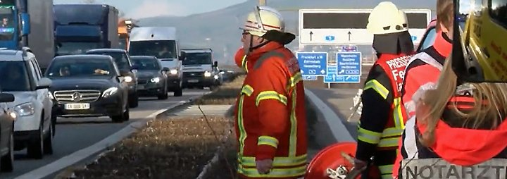 Gaffer-Crash auf Gegenfahrbahn: Lkw rast auf der A5 in Stauende, vier Menschen sterben