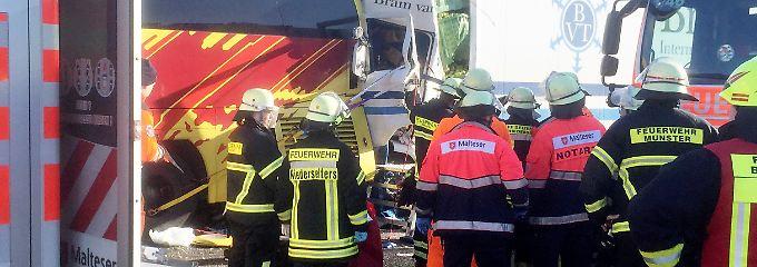 40-Tonner prallt auf Reisebus: Zwei Menschen sterben in Hessen