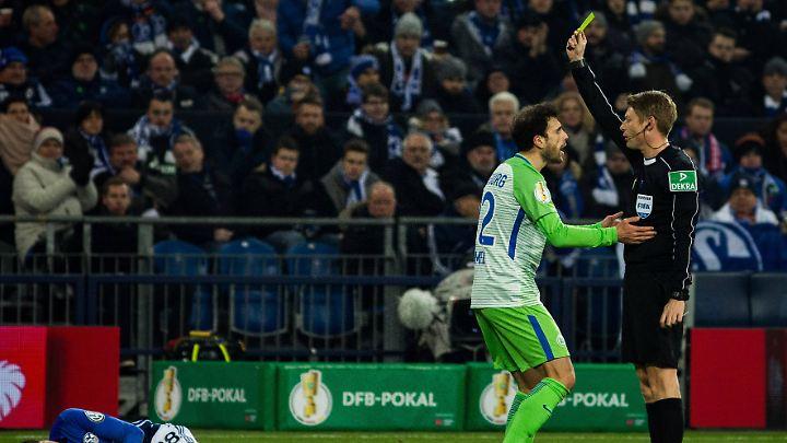 Christian Dingert zeigt dem Wolfsburger Admir Mehmedi nach einem Foul im DFB-Pokal die Gelbe Karte.
