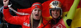 Gemeinsame Freude ist doppelte Freude: Dajana Eitberger und Natalie Geisenberger feiern ihren Doppeltriumph.