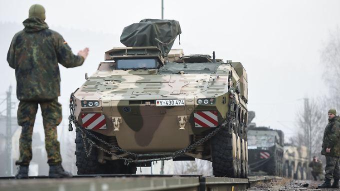 Bundeswehrsoldaten verladen Radpanzer