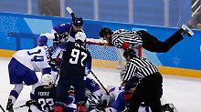 Der Sport-Tag: Eishockey-Schiedsrichter klettert aufs Tor
