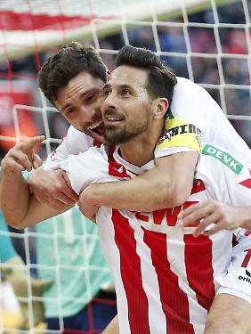Da dachte Claudio Pizarro noch, dass er den Siegtreffer gegen Hannover 96 erzielt hat.