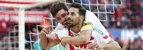 Kölns Trainer Stefan Ruthenbeck in einer ersten Reaktion auf das nicht gegebene Siegtor von Claudio Pizarro.