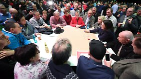 Die mögliche künftige Parteichefin Nahles spricht bei einer SPD-Regionalkonferenz in Mainz mit Parteimitgliedern.