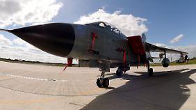 Ein Tornado-Kampfflugzeug steht vor einem Hangar in Jagel.